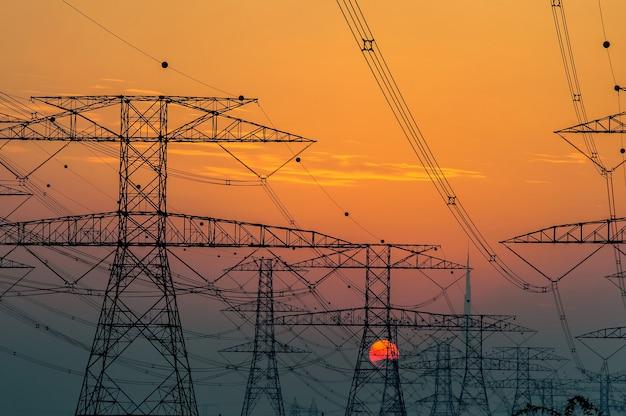 L'horizon de dubaï au coucher du soleil vu du côté du désert, montre le plus haut bâtiment du monde.