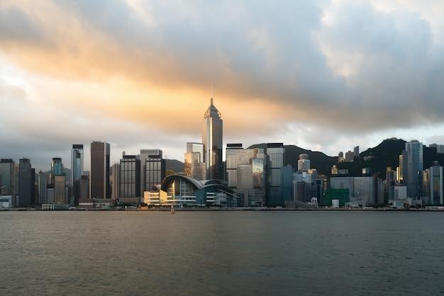 Horizon de hong kong avec la lumière du soleil le matin sur le port de victoria à hong kong.