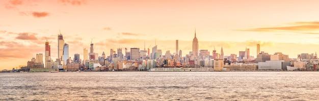 Horizon de new york au coucher du soleil aux etats-unis