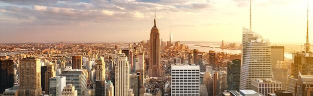 Horizon de new york avec des gratte-ciel urbains au coucher du soleil, usa.