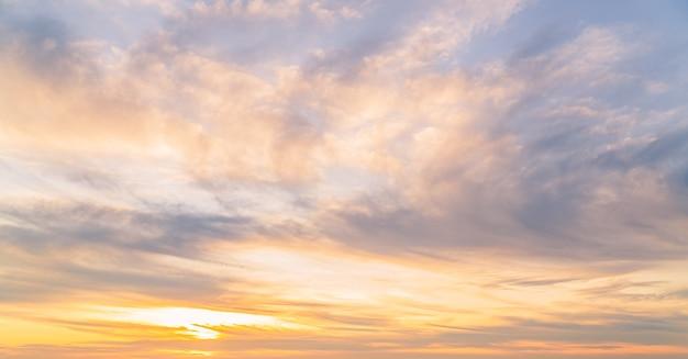 Horizon de nuages de ciel du soir avec le fond orange de lumière du soleil fond majestueux de nature paisible