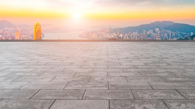 Horizon panoramique et bâtiment ouvert plaza brick