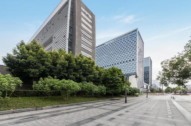 Horizon panoramique et bâtiments avec sol carré de béton vide à chengdu, chine