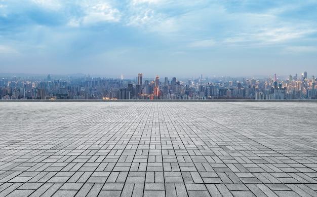 Horizon panoramique et bâtiments avec sol carré de béton vide, chongqing, chine