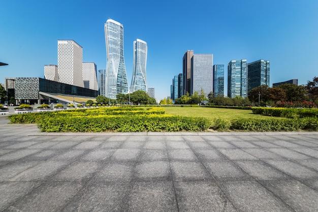 Horizon panoramique et bâtiments avec sol carré de béton vide, hangzhou, chine