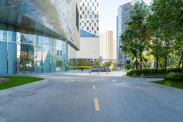 Horizon panoramique et bâtiments avec sol carré en béton vide, qianjiang new town, hangzhou, chine