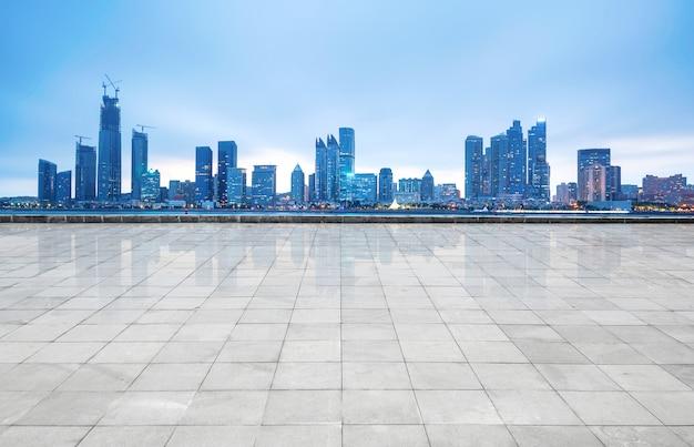 Horizon panoramique et bâtiments avec sol carré de béton vide, qingdao, chine