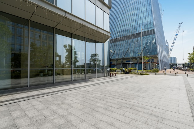 Horizon panoramique et bâtiments avec sol carré de béton vide à shenzhen, chine