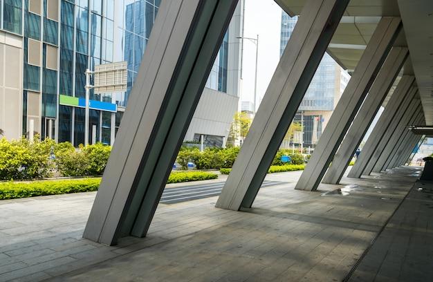 Horizon panoramique et bâtiments avec sol carré de béton vide à shenzhen, en chine