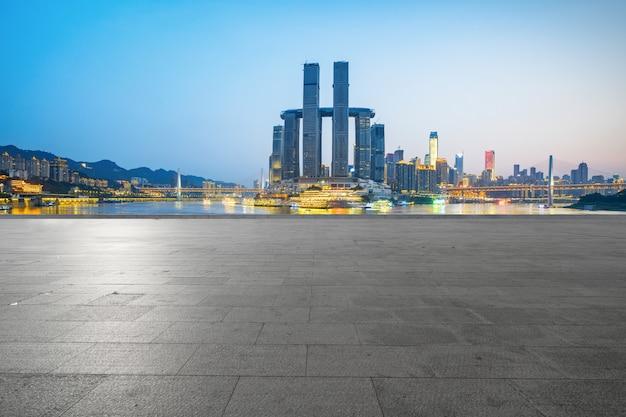 Horizon panoramique et bâtiments avec sol carré de béton vide