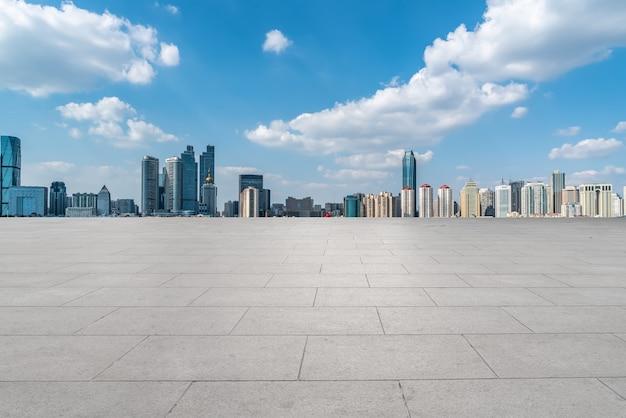 Horizon panoramique et carreaux de sol carrés vides avec des bâtiments modernes