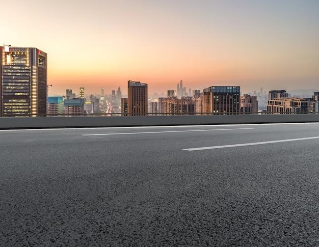 Horizon panoramique et route goudronnée vide avec des bâtiments modernes