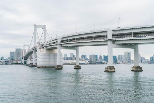 Horizon de tokyo avec la tour de tokyo et le pont arc-en-ciel.