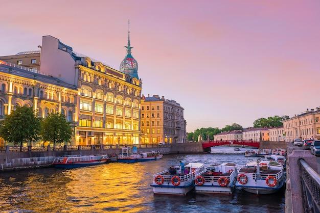 Horizon de la vieille ville de saint-pétersbourg au coucher du soleil en russie