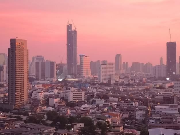 Horizon de ville de bangkok au coucher du soleil en thaïlande