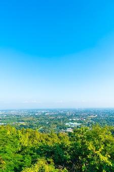 Horizon de ville de chiang mai avec le ciel bleu en thaïlande