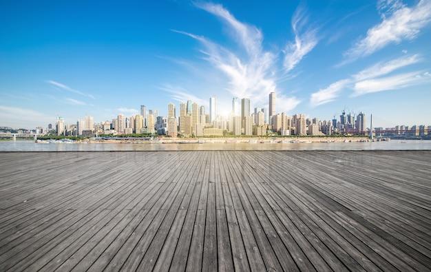 Horizon de la ville de chongqing, avec des planchers en bois et des garde-corps.