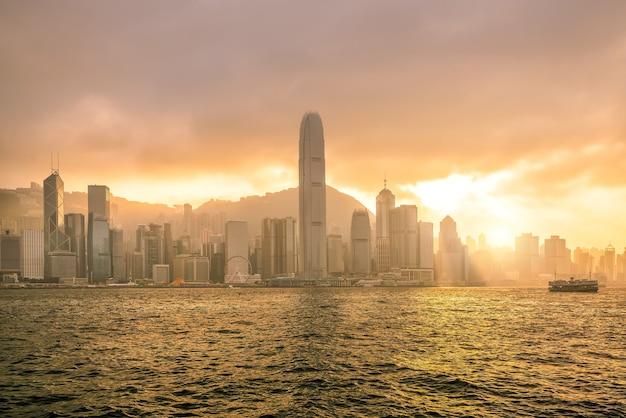 Horizon de ville de hong kong en chine panorama de l'ensemble du port de victoria.