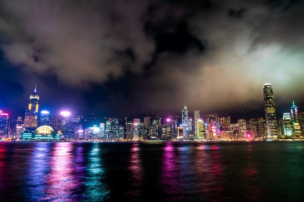 Horizon de la ville de hong kong dans la nuit et éclairer