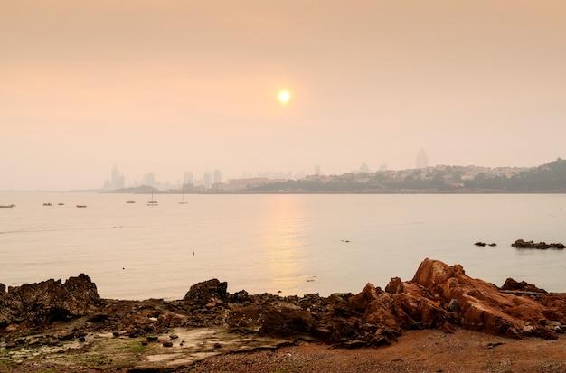 Horizon d'une ville de la mer
