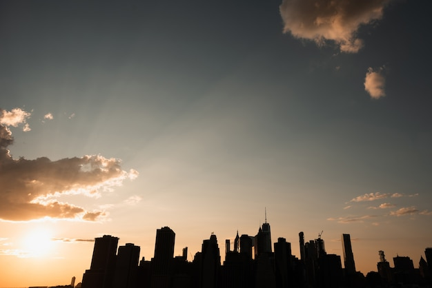 Horizon de la ville de new york au coucher du soleil