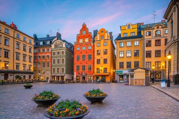 Horizon de ville de vieille ville de stockholm, paysage urbain de la suède au coucher du soleil