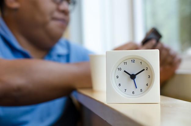 L'horloge affiche l'heure dix heures dix minutes