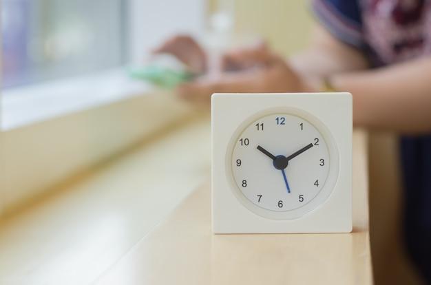 L'horloge affiche l'heure à dix heures