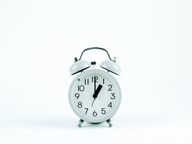Horloge analogique sur fond blanc