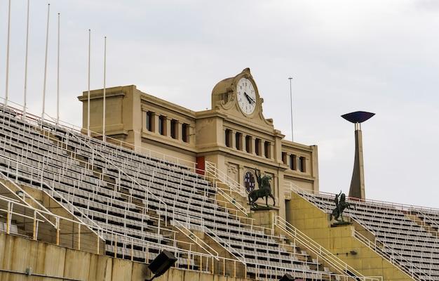 Horloge avec arc à l'intérieur de la maison estadi olimpic de montjuic des jeux olympiques d'été de 1992.