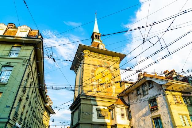 Horloge astronomique sur la tour de l'horloge médiévale zytglogge dans la rue kramgasse dans le vieux centre-ville de b