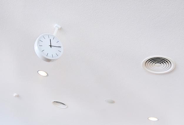 Horloge blanche sur fond futuriste blanc