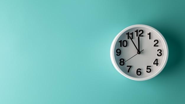 Horloge blanche sur mur bleu