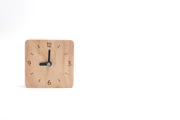 Horloge en bois isolé sur blanc.