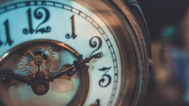 Horloge de bureau en métal gravé