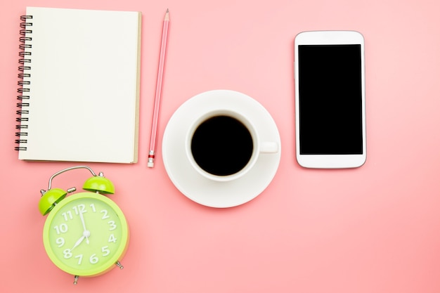 Horloge de café noir portable téléphone portable sur fond rose