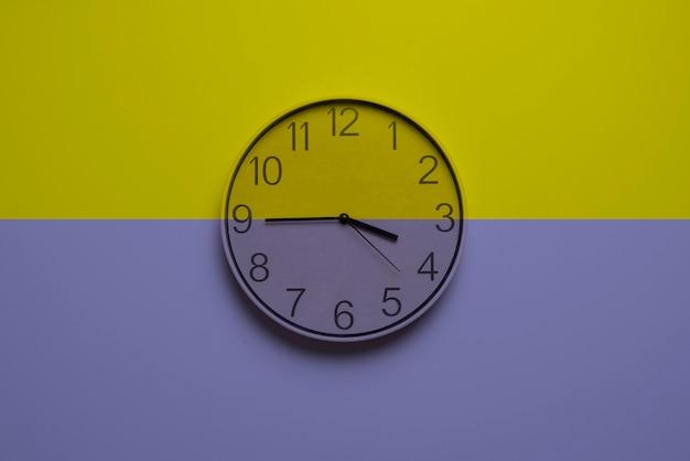 Une horloge colorée avec un concept de gestion du temps créatif abstrait