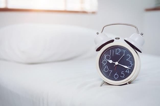Horloge de coucher le matin avec un espace pour le texte