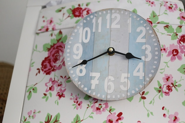 Horloge décorée de fleurs