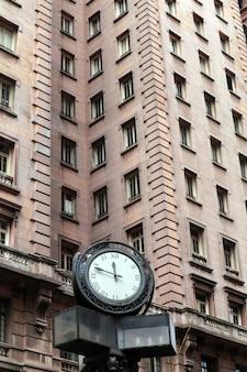 Horloge devant le bâtiment martinelli, sao paulo