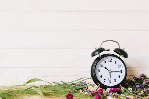 Horloge et différentes fleurs