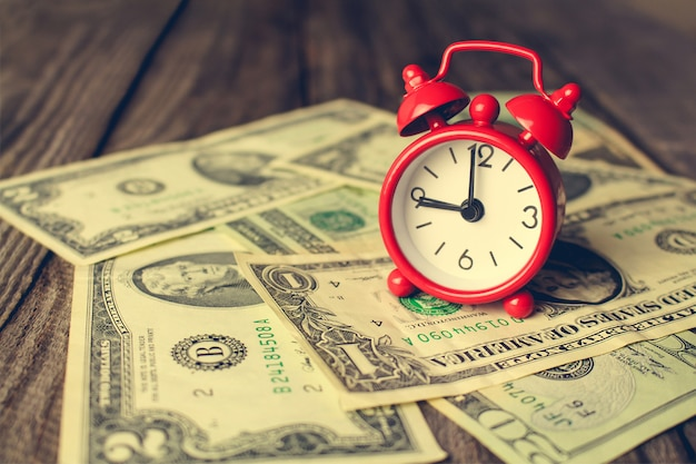 Horloge sur dollars.