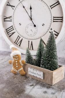 Horloge du nouvel an. décoré avec le fond de décorations d'arbre de noël. concept de célébration pour le réveillon du nouvel an.