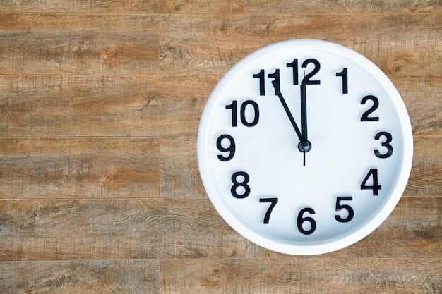 Horloge sur fond de bois
