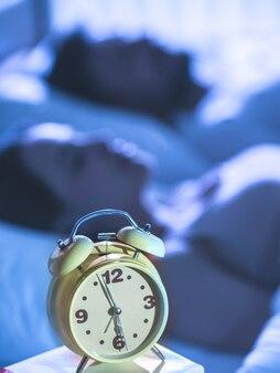 L'horloge sur le fond du couple endormi. la nuit