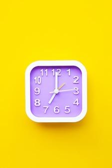Horloge sur fond jaune.