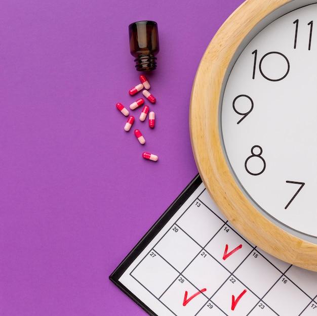 Horloge de gros plan avec le temps des pilules