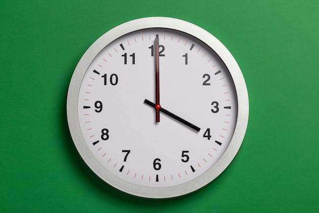 L'horloge indique quatre heures