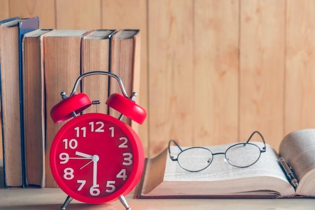 Horloge et livre