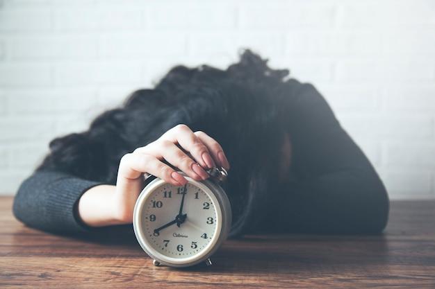 Horloge de main de jeune femme sur la table